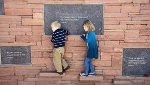 ATAQUES A TIROS - Crianças brincam em memorial de vítimas em Columbine