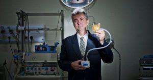 Medicina - Aron de Andrade criou um órgão ligado ao coração natural e alimentado por um motor elétrico